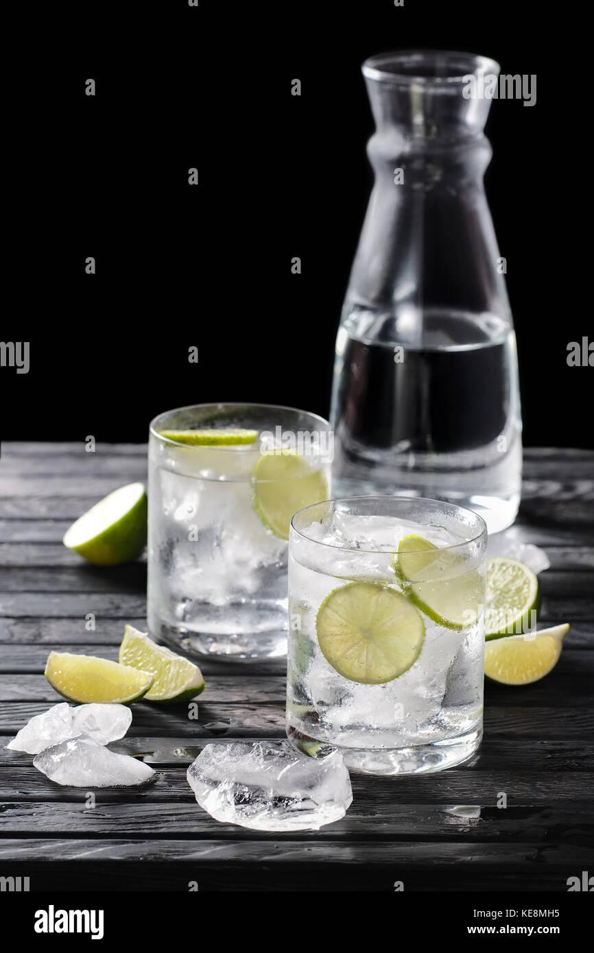 Messa a fuoco selettiva composizione con gin tonic cocktail serviti con gli agrumi sul tavolo in legno con pezzi Immagini Stock