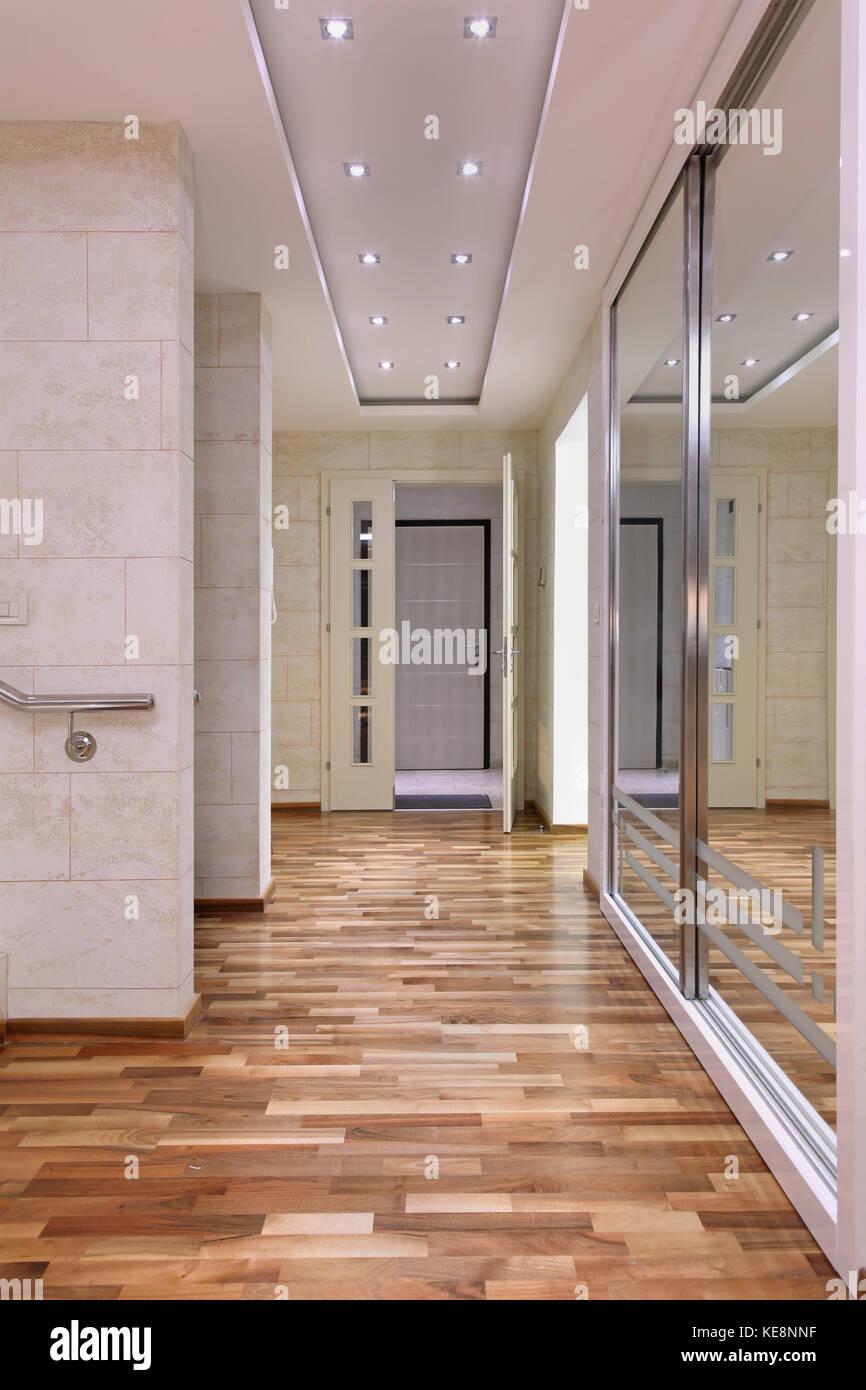 Ingresso corridoio interno all\'interno della grande casa e un grande ...