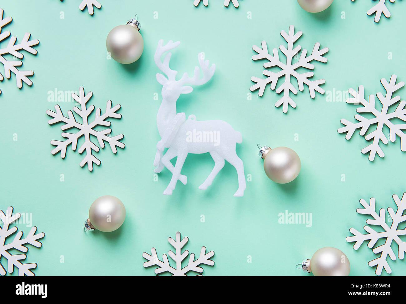 Elegante natale anno nuovo biglietto di auguri poster renne bianco fiocchi di neve sfere pattern sul turchese sfondo Immagini Stock