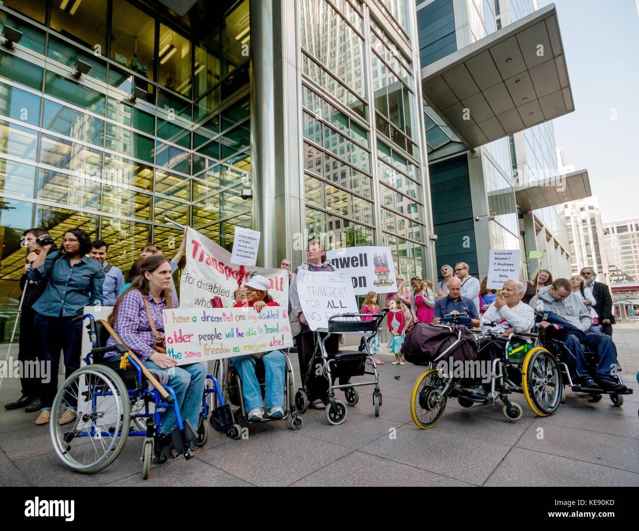 Disabilità gli attivisti protesta al di fuori della testa Crossrail edificio per uffici a Canary Wharf, Londra, Immagini Stock