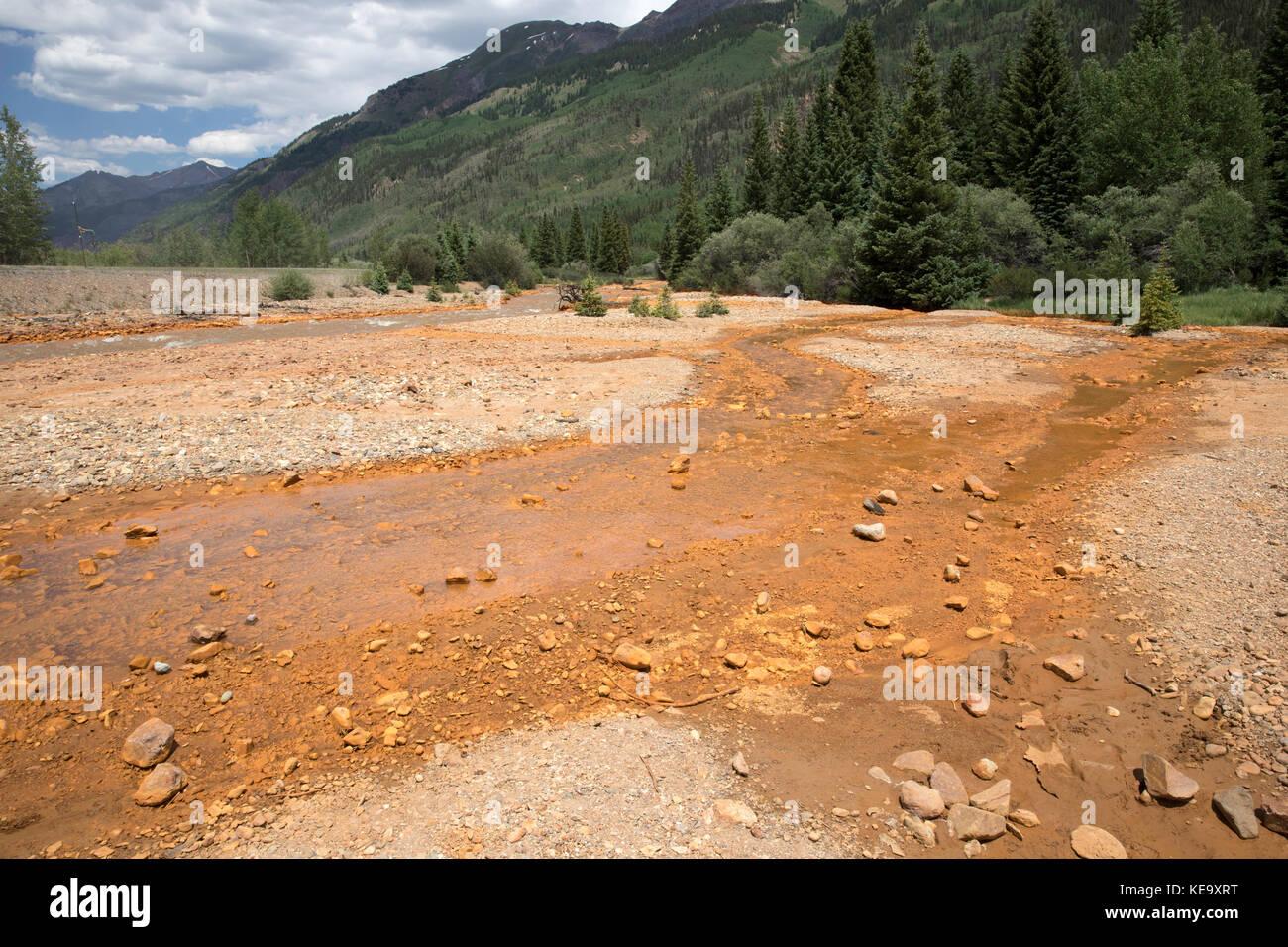 Inquinamento delle acque, runoff dal rosso Miniera di montagna, Ouray County, Colorado, STATI UNITI D'AMERICA Immagini Stock