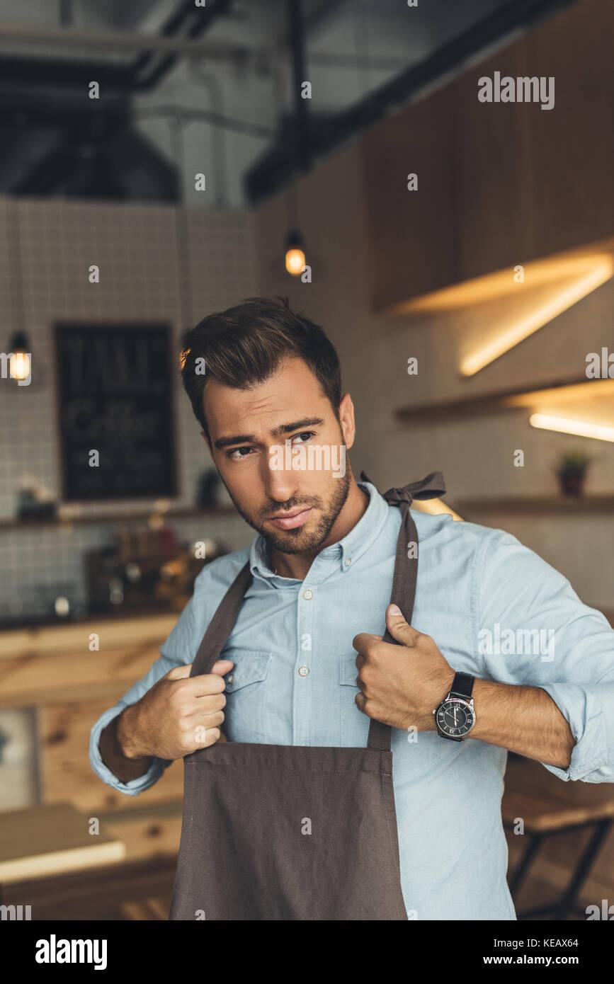 Lavoratore che indossa il grembiule Foto Stock