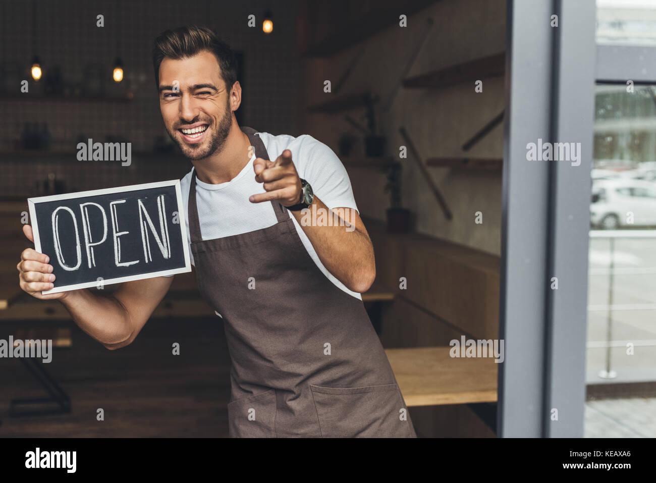 Cameriere azienda lavagna con aprire Word Foto Stock