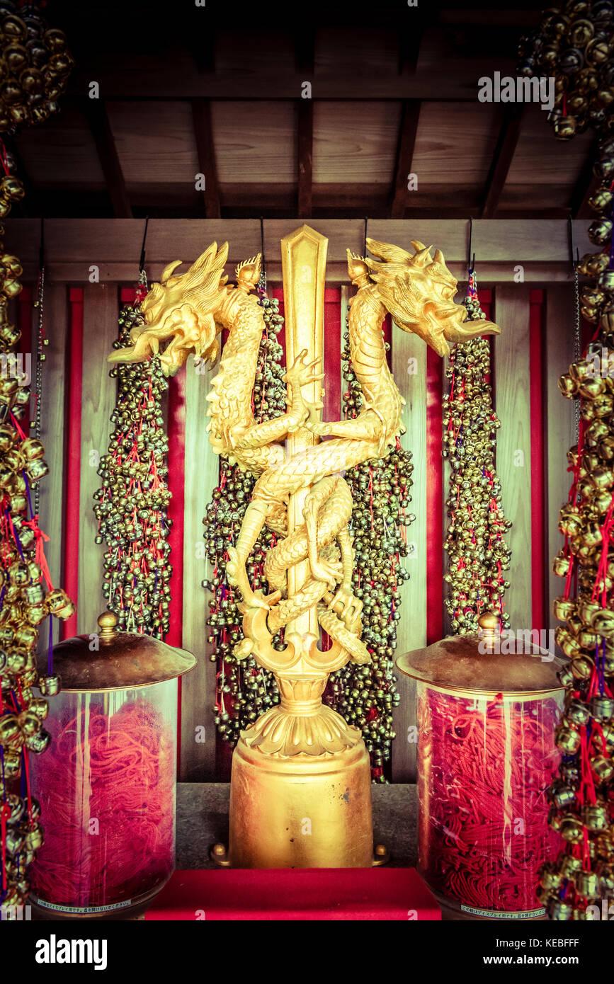 Una rappresentazione dorata della spada e il serpente chiamato Kurikaradō nel tempio sul Monte Takao. Si è Immagini Stock