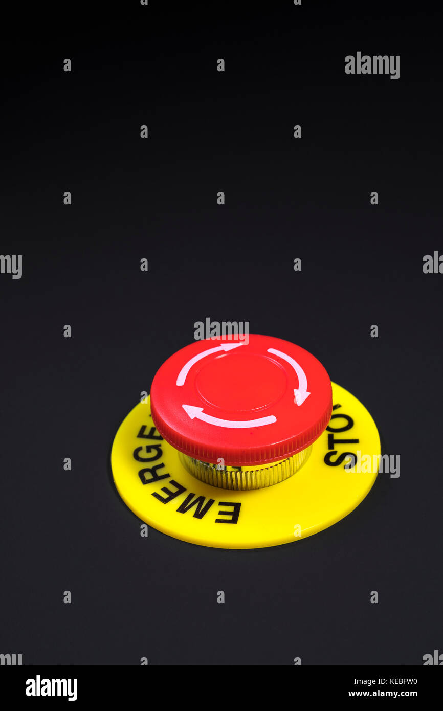 """Grande pulsante rosso su sfondo scuro - metafora per """"dito sul pulsante', possibile dito sul pulsante nucleare, Immagini Stock"""
