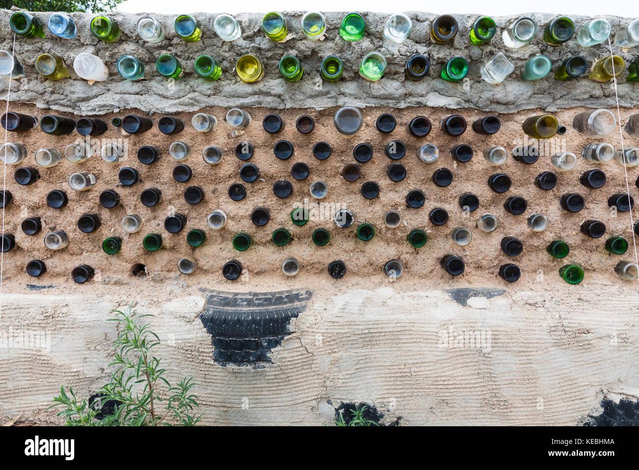 Costruire Una Parete In Vetrocemento le bottiglie di vetro e i materiali riciclati impiegati per