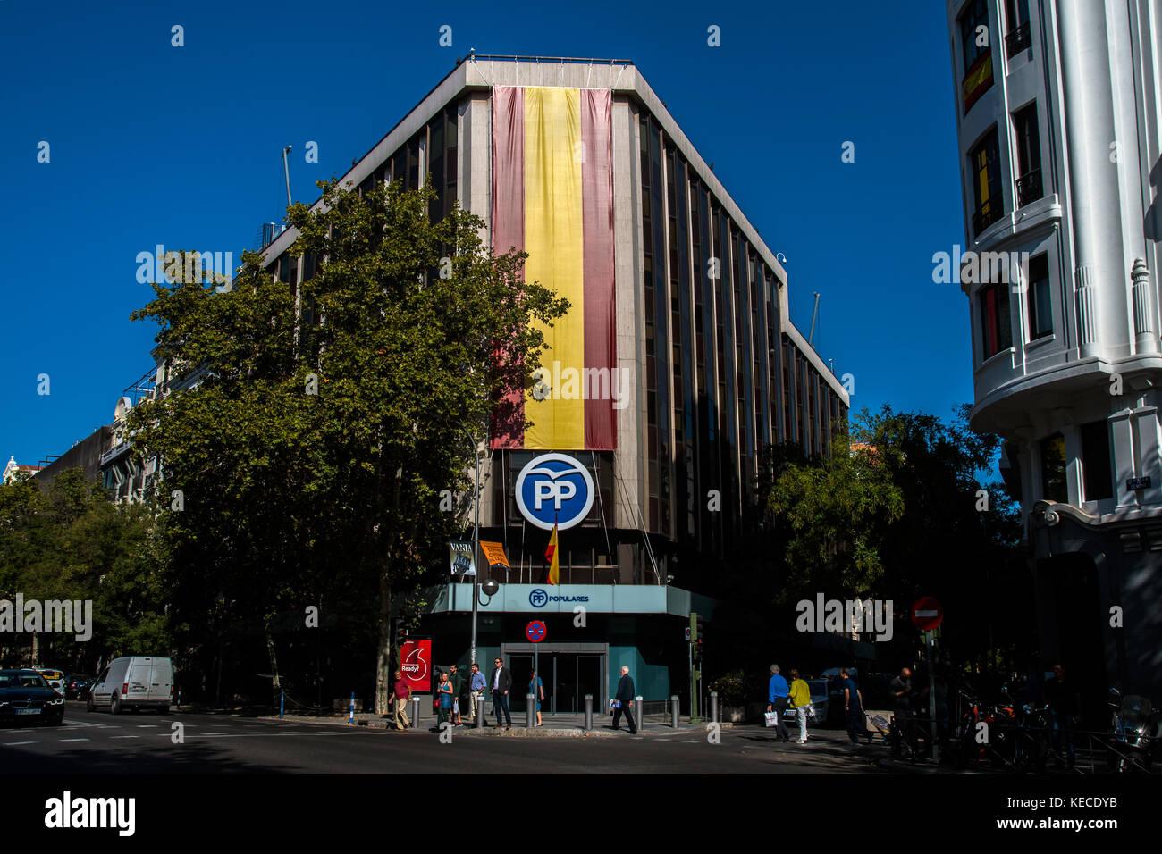"""Madrid, Spagna. 16 ott 2017. sede del partito di governo """"Partito Popolare (Pp)' mostra una grande bandiera Immagini Stock"""