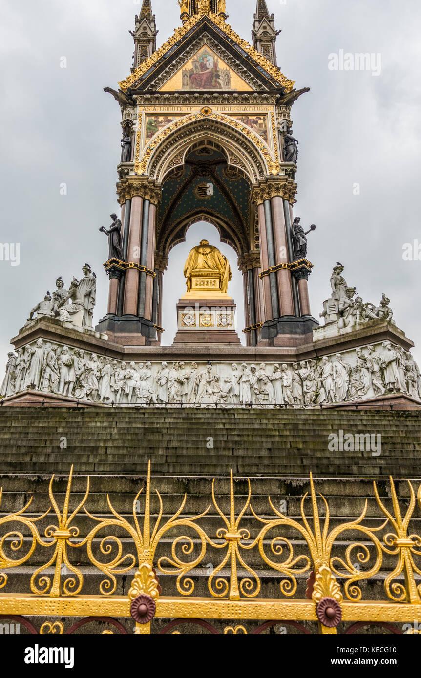 Sul lato nord dell'Albert Memorial - un raffinato monumento che commemora la morte del principe Alberto nel 1861. Foto Stock