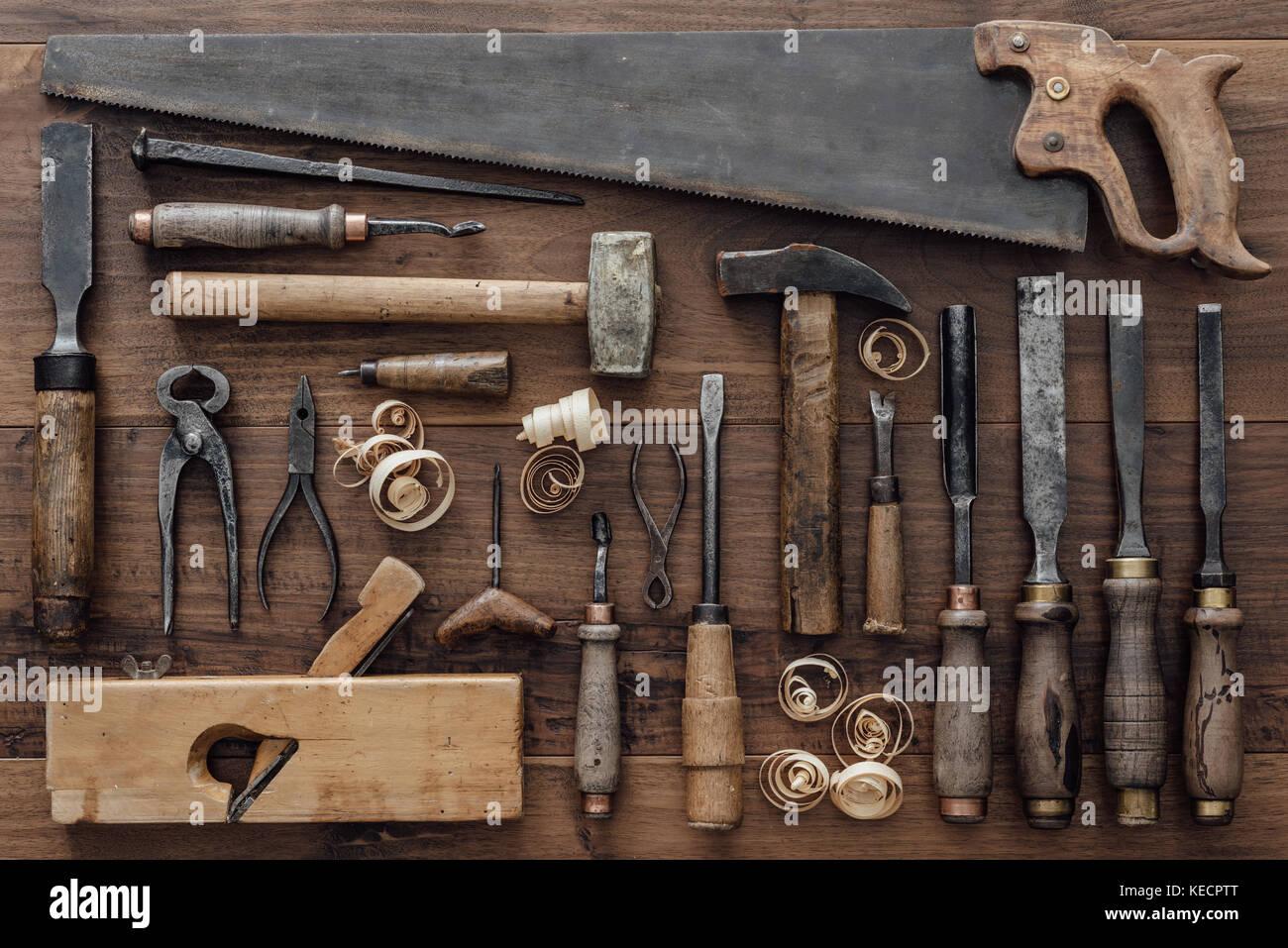 Collezione Vintage Di Attrezzi Di Falegnameria Su Un Vecchio Banco:  Macchine Per La Lavorazione Del Legno, Artigianato E Manifatture Concetto,  Laici Piatta