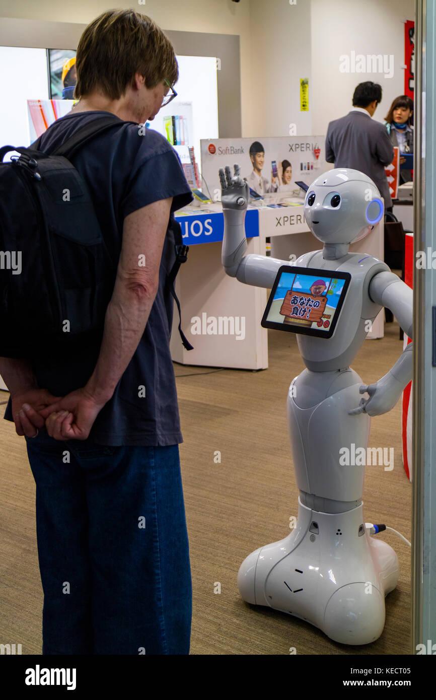 Hiroshima, Giappone - 23 maggio 2017: donna comunica con un robot di softbank negozio di telecomunicazioni nel hondori Immagini Stock