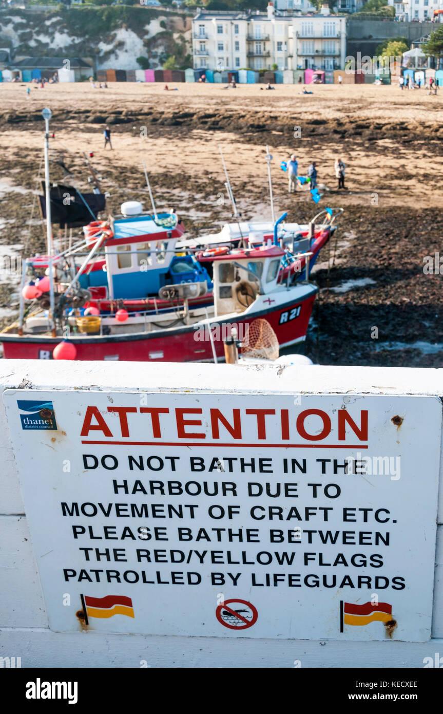 Non fare il bagno nel segno del Porto a Broadstairs Kent. Immagini Stock