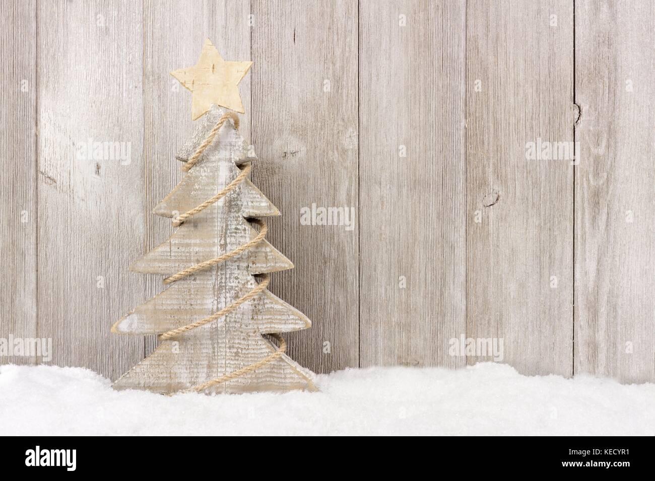 Shabby Chic Natale : Shabby chic in legno albero di natale con spago garland in piedi