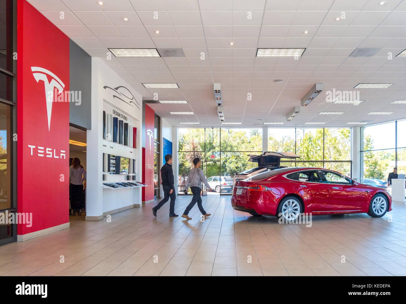 Tesla Palo Alto showroom con Tesla Model S e il modello X su 4180 El Camino Real Immagini Stock