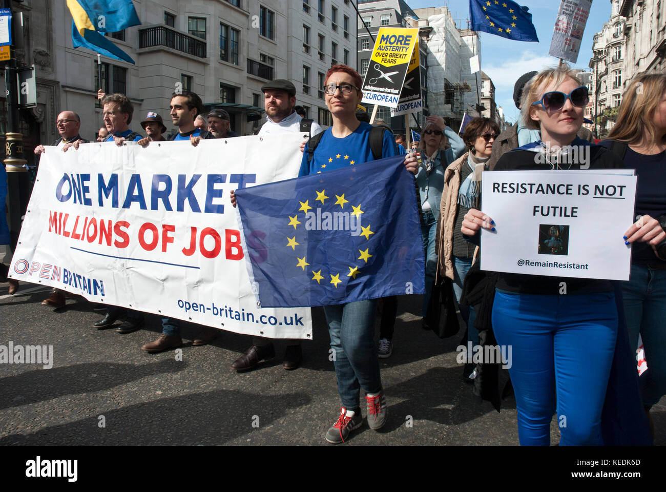 """I manifestanti contro brexit marzo con grandi banner 'one market/ milioni di posti di lavoro"""", la bandiera Immagini Stock"""