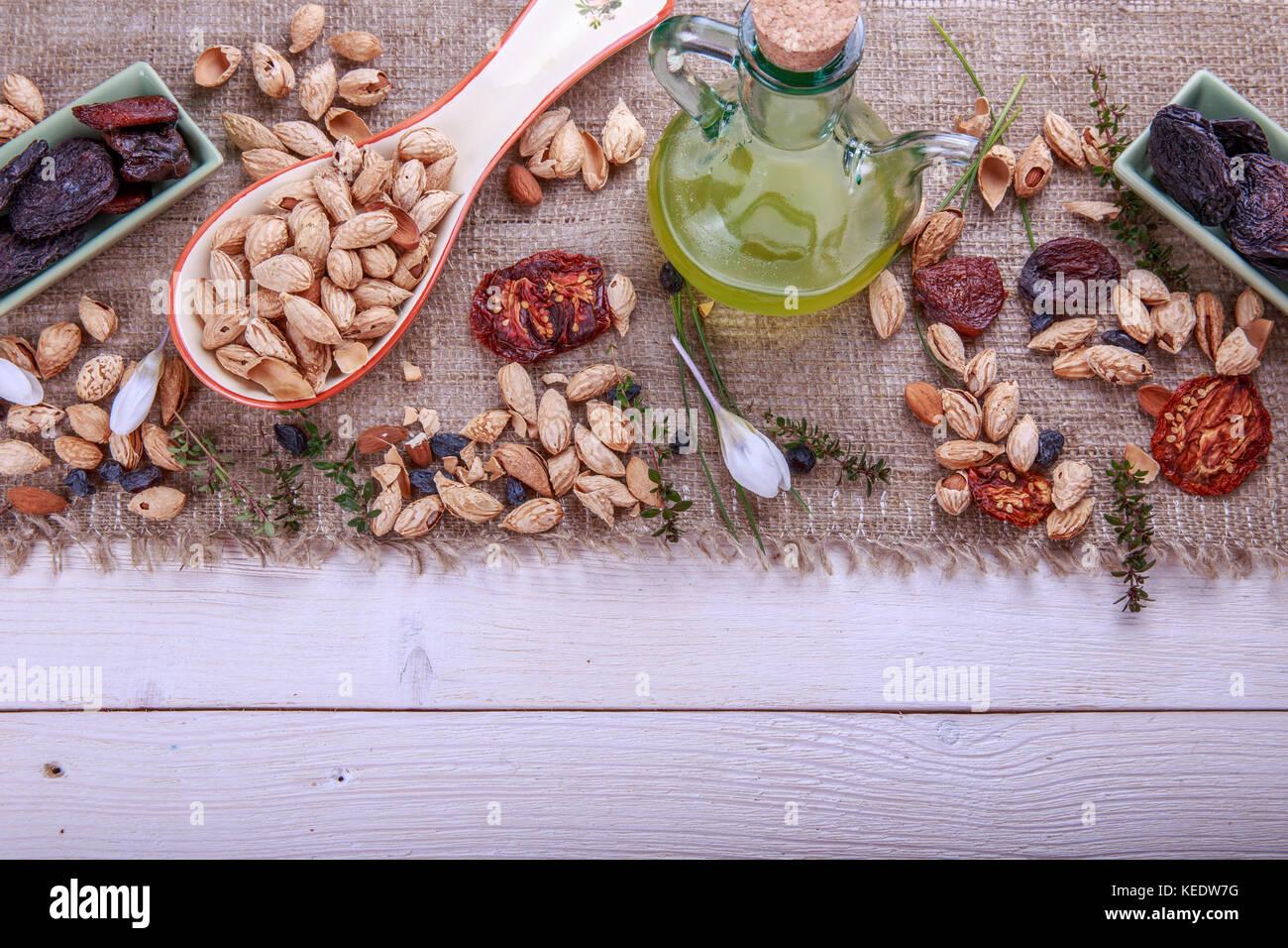 Le prugne, albicocche secche, uvetta, mandorle, pomodori secchi - handmade. frutta secca, verdure, dadi e burro. Immagini Stock