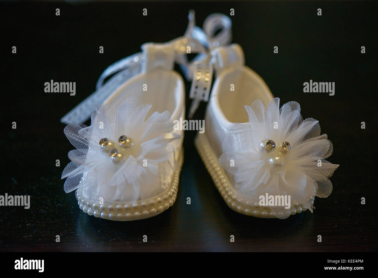 Bianco adorabile bambina scarpe con i dettagli di perla e scintillanti decorazioni Immagini Stock