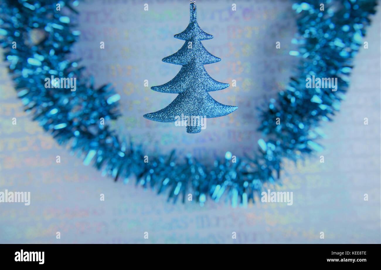 Albero Di Natale Con Decorazioni Blu : Natale colorate foto fotografia di appendere decorazione per albero
