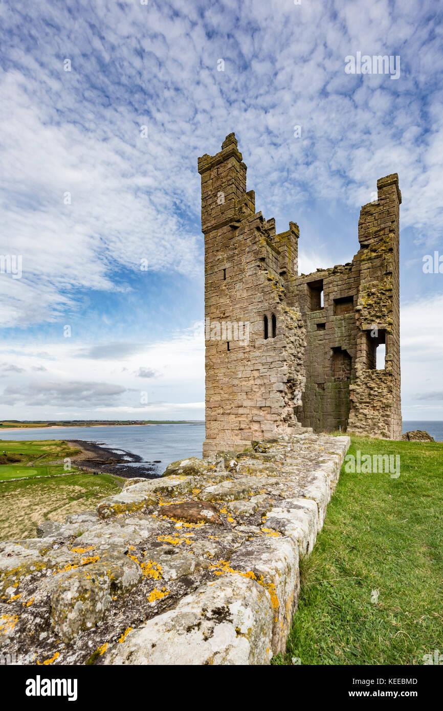 Il castello di Dunstanburgh sulla costa Northumbrian, England, Regno Unito Immagini Stock