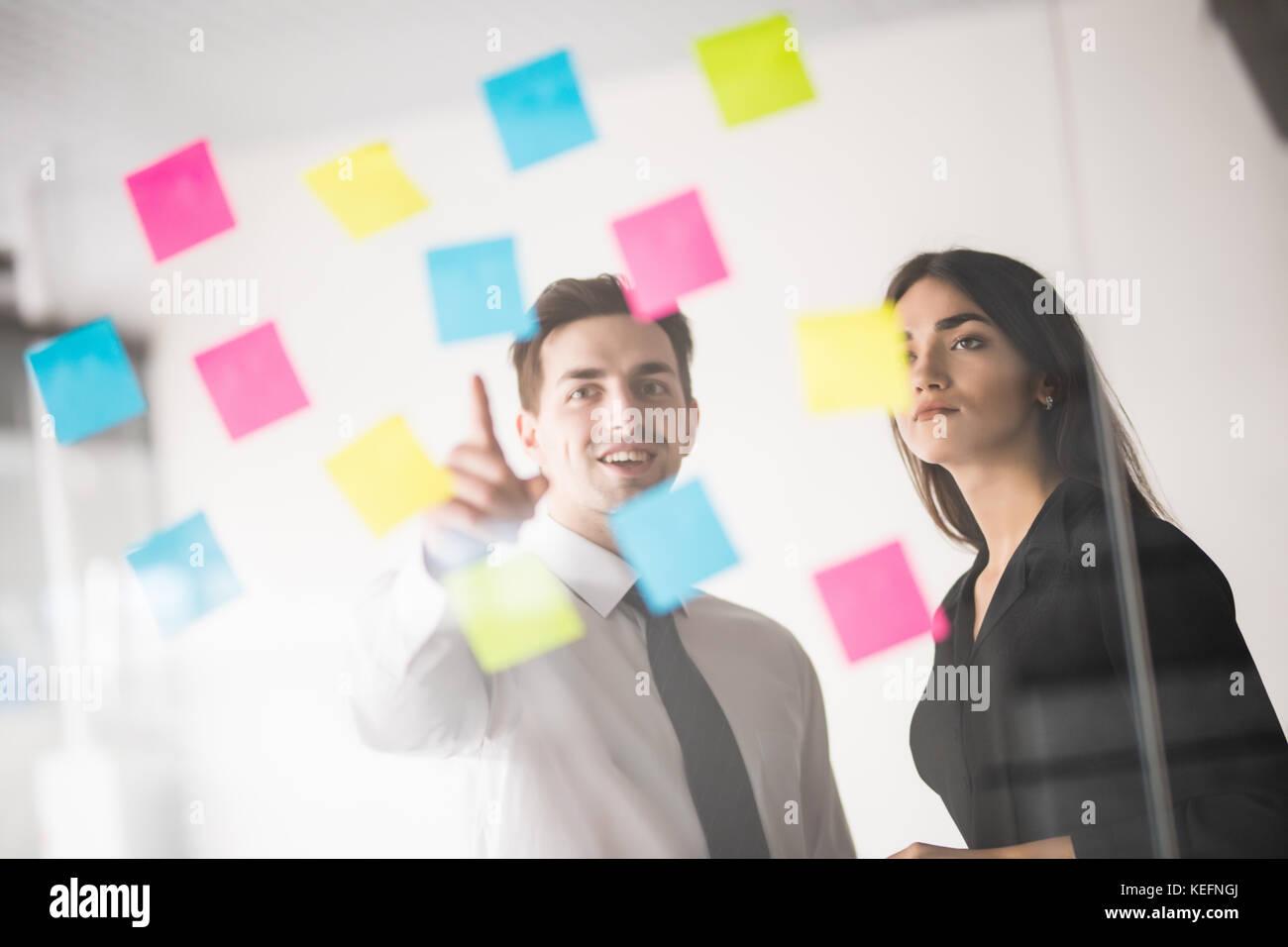 Startup business gruppo persone ogni giorno di lavoro lavoro in ufficio moderno. tech office, tech company, tech Immagini Stock