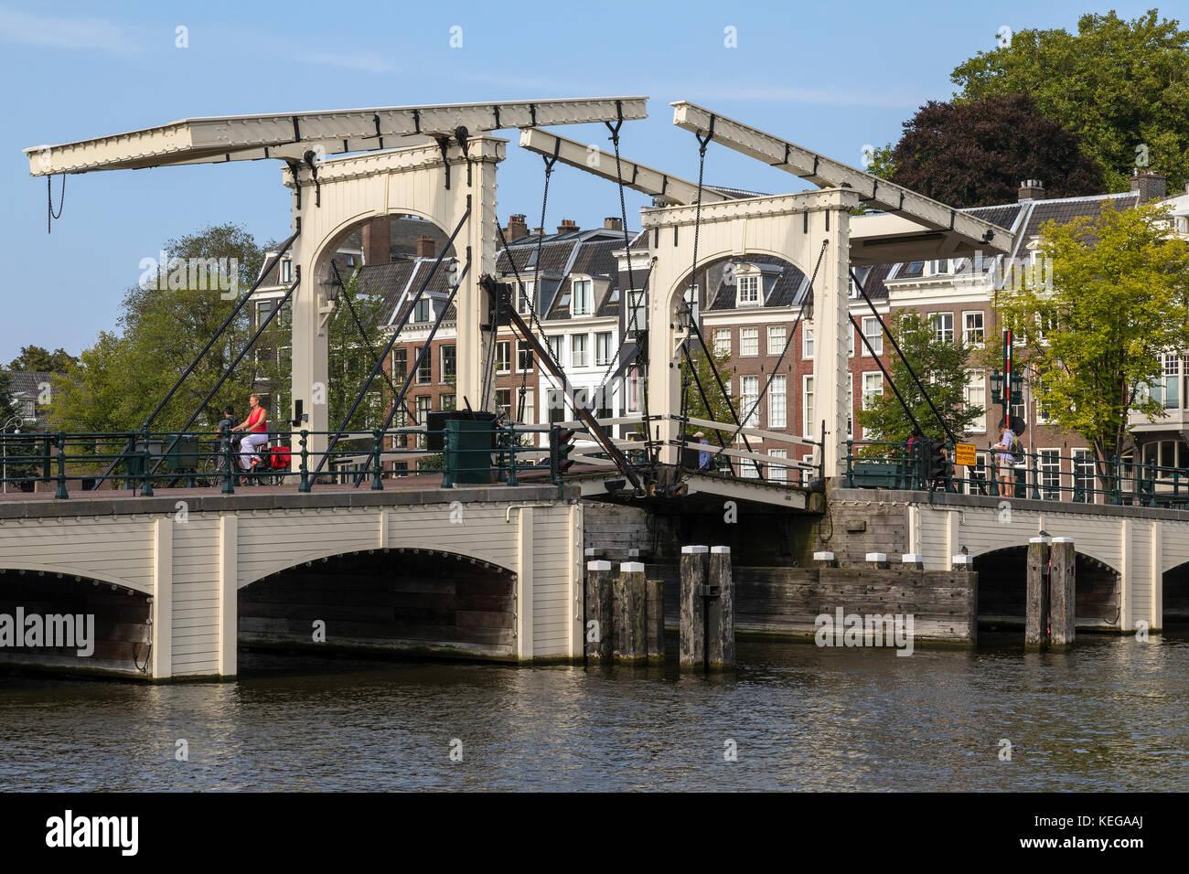 Il ponte Magere o skinny ponte sopra il fiume Amstel nella città di Amsterdam nei Paesi Bassi. la sezione centrale Immagini Stock