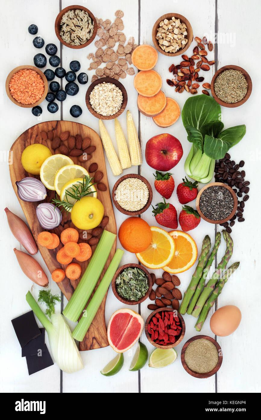 Una sana dieta alimentare per la perdita di peso con frutta fresca, verdura, noci, semi, cereali, cereali e prodotti Immagini Stock