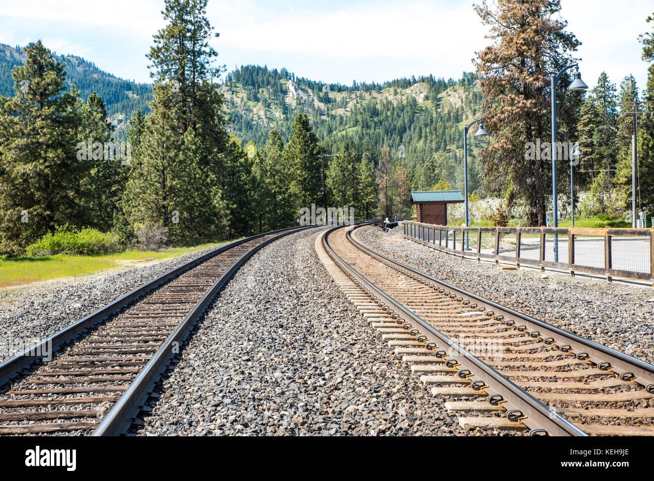Il giro del bend - binari del treno può essere metafore per un futuro ignoto, che conduce a un lontano, orizzonte Immagini Stock