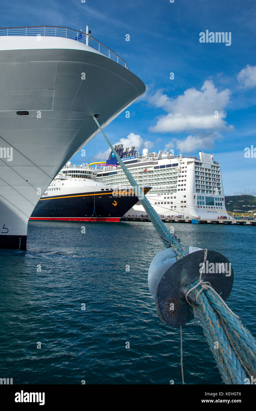Navi da Crociera ormeggiata a Philipsburg, Sint Maarten, West Indies Immagini Stock