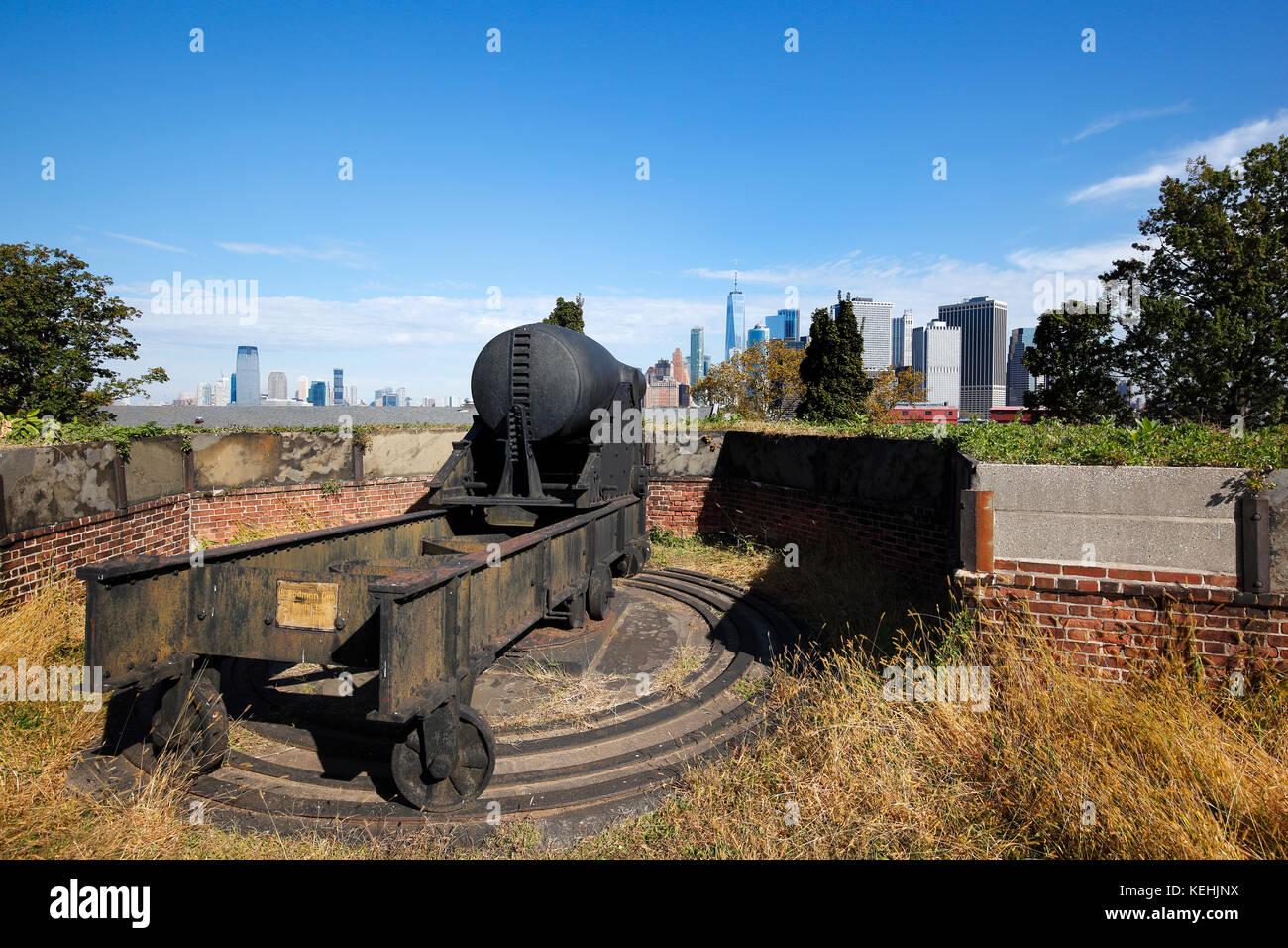 Rodman pistole e dello skyline di Manhattan a ford Jay,Governors Island, New York City Immagini Stock