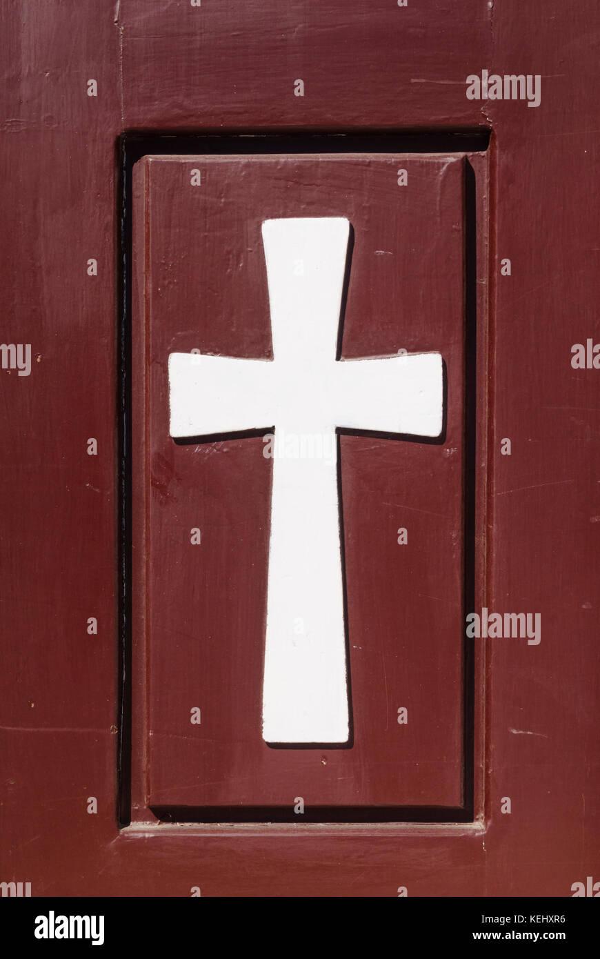 Il simbolo del cristianesimo, una Croce Cristiana su una porta di legno in un monastero in Grecia Immagini Stock