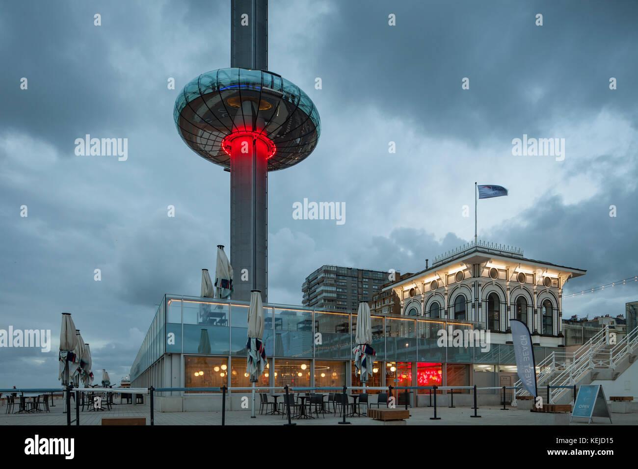 Serata presso i360 torre sul lungomare di Brighton, East Sussex, Inghilterra. Immagini Stock