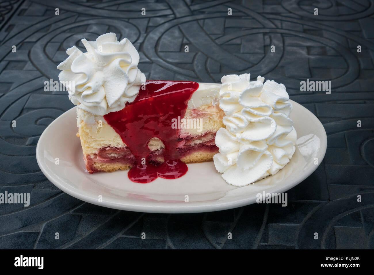 Una fetta di lampone e crema da Cheesecake il Cheesecake Factory a Baltimore, Maryland, Stati Uniti d'America Immagini Stock