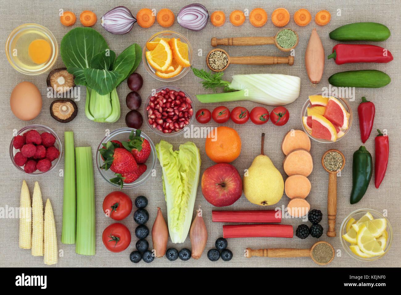 Super cibo per la perdita di peso concetto con frutta, verdure, latticini, integratori nutrizionali alle erbe e Immagini Stock