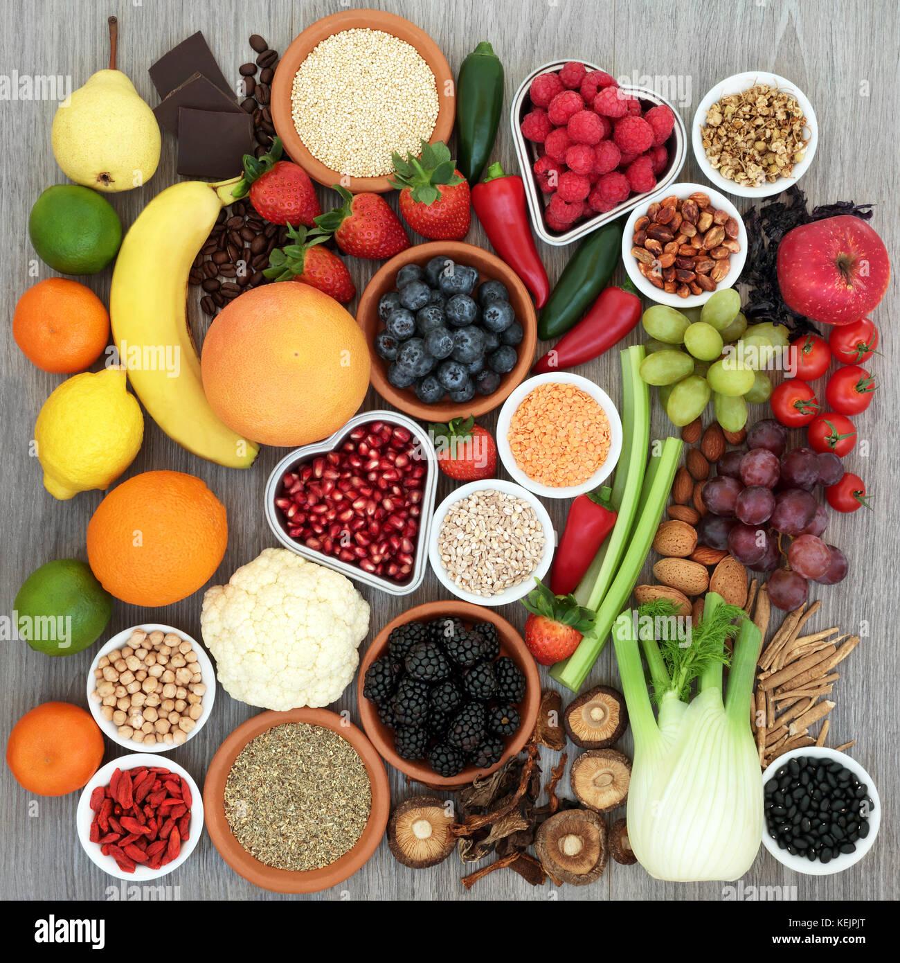 La dieta della salute alimentare concetto con verdure, frutta, legumi, cereali, noci, cioccolato e erbe con Tribulus Immagini Stock