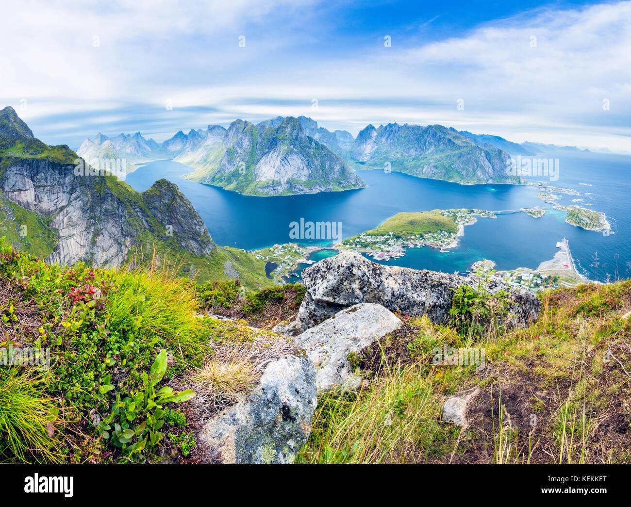 Una vista panoramica del villaggio di pescatori di Reine e Isole Lofoten da Reinebringen in Norvegia Immagini Stock
