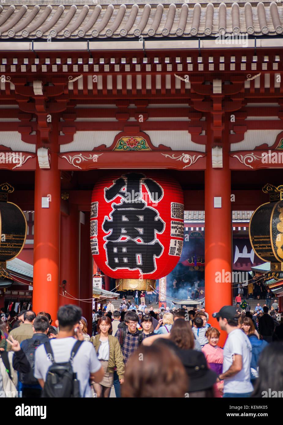 I turisti il floccaggio al Tempio di Senso-ji durante il festival di autunno nel quartiere di Asakusa a Tokyo Immagini Stock