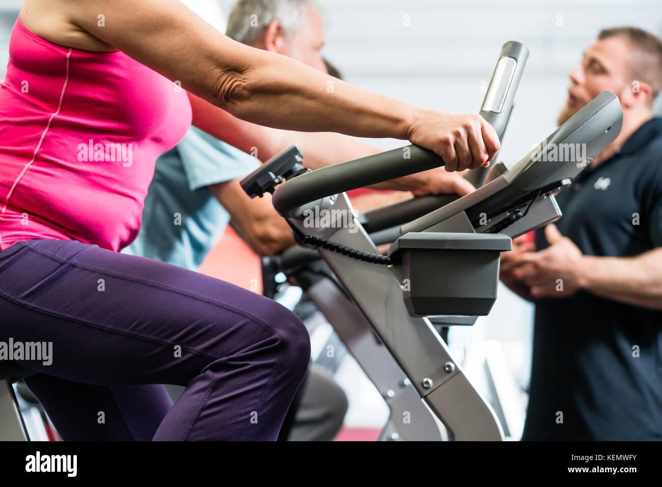 Per gli anziani la filatura con personal trainer presso la palestra Immagini Stock