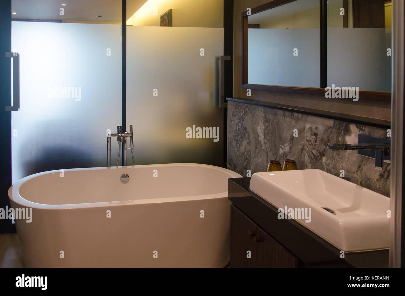 Vasca Da Bagno Con Lavandino : Moderno bagno interno con vasca da bagno e lavandino foto & immagine