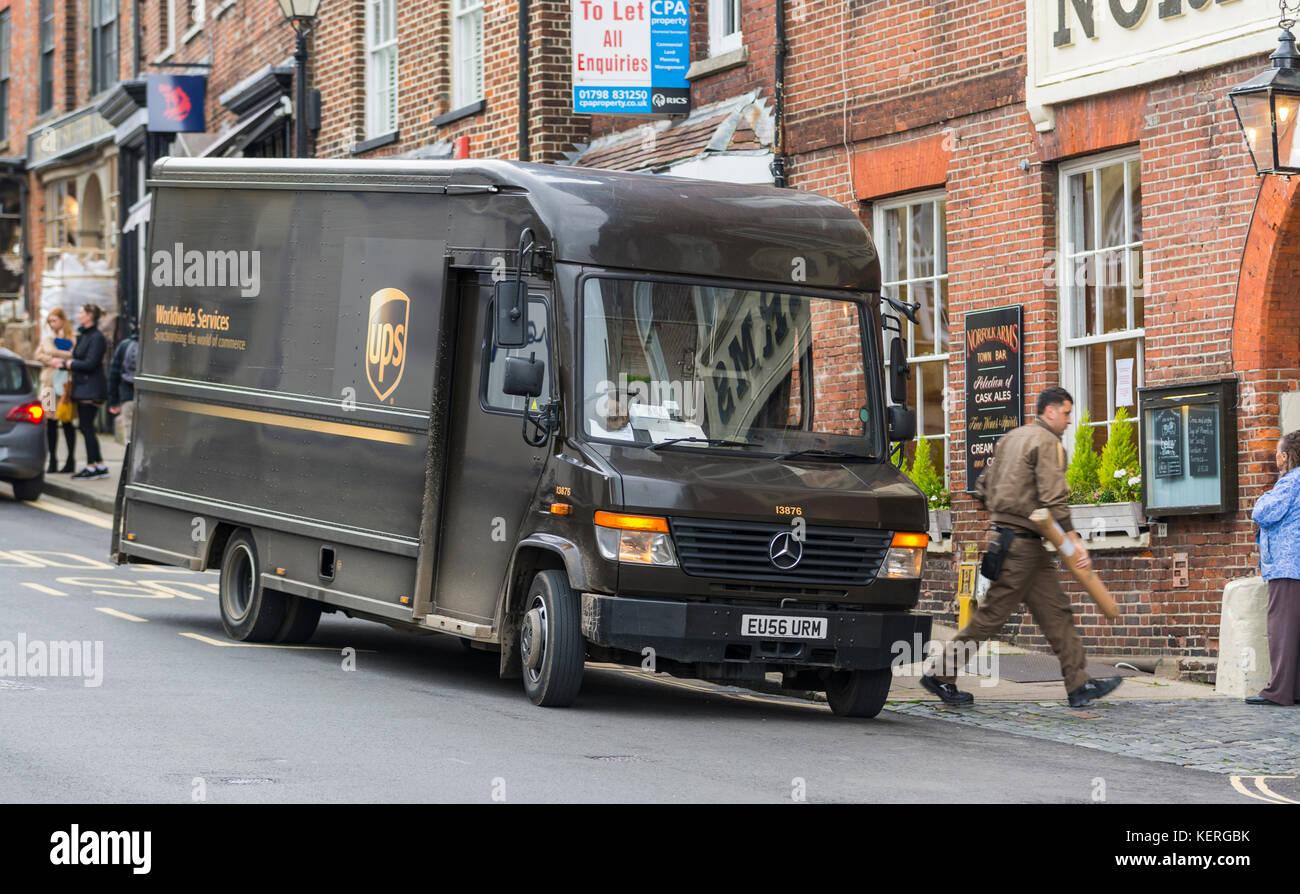 UPS van con driver di consegna effettuare una consegna nel Regno Unito. Immagini Stock