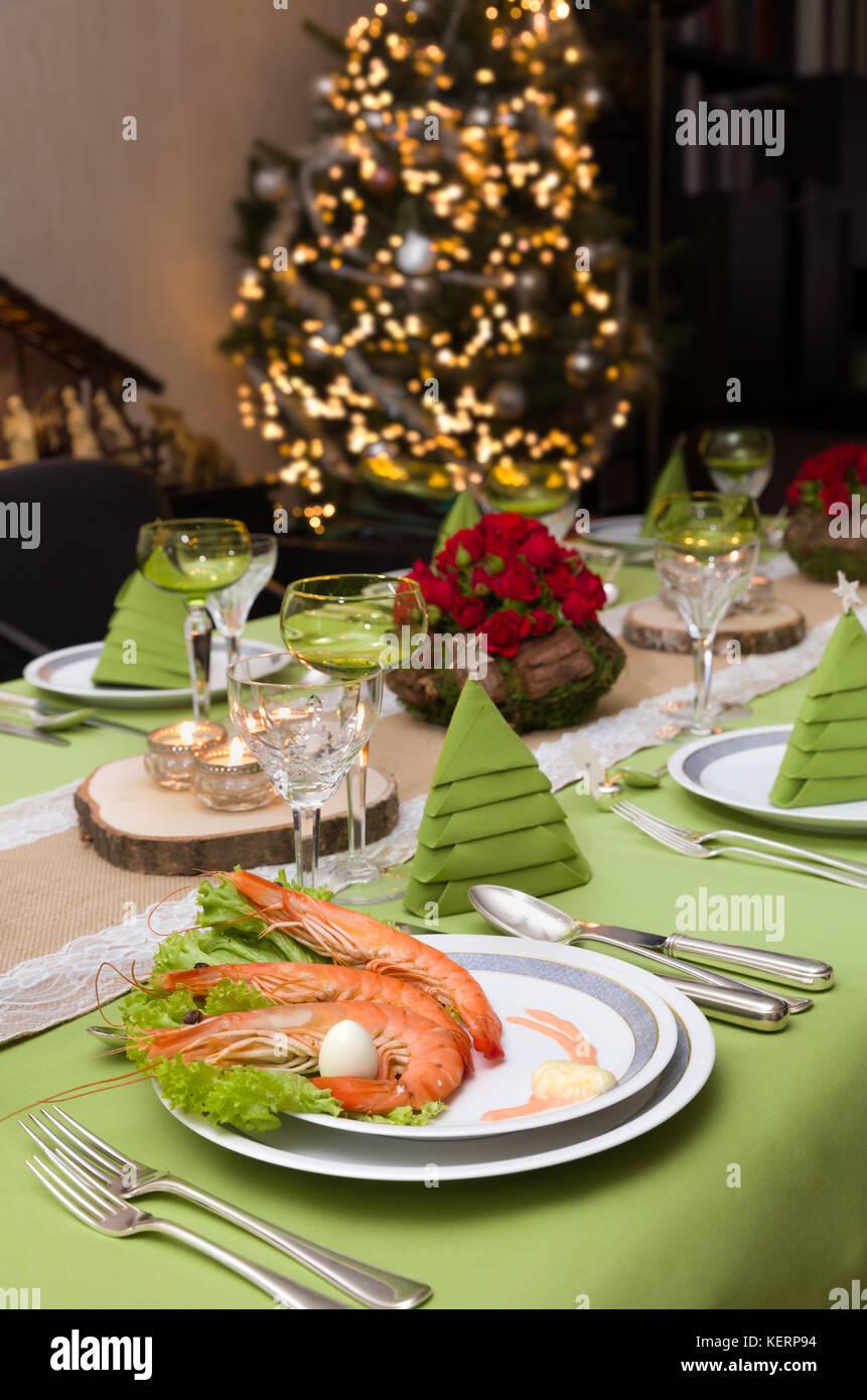 Decorazioni Natalizie 94.Cena Di Gala Tavolo Con Fiori E Decorazioni Di Tovaglioli E Albero Di Natale In Background Foto Stock Alamy