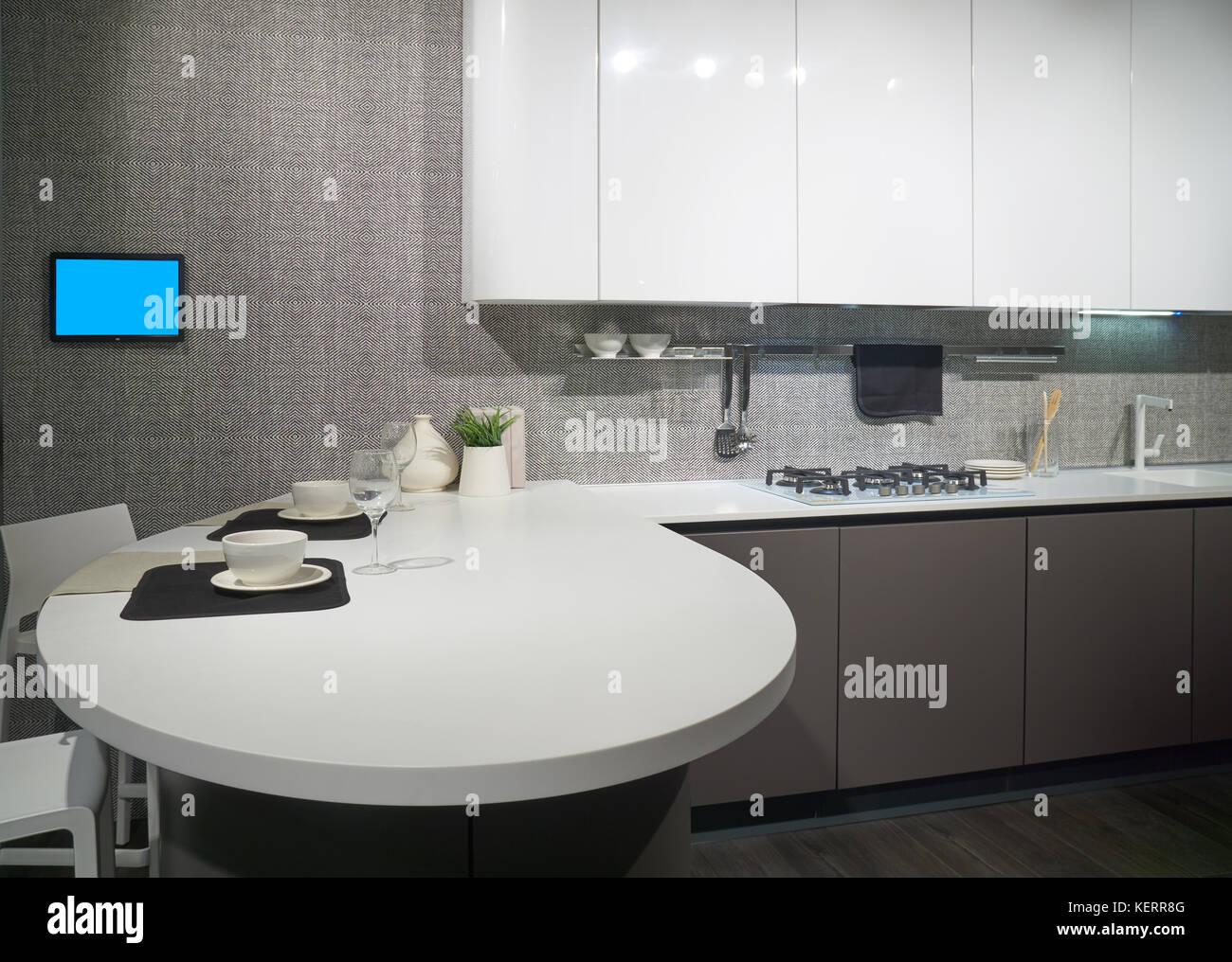 Cucine Moderne Con Isola Rotonda.Interno Della Cucina Moderna Con Tavola Rotonda E Fornello A