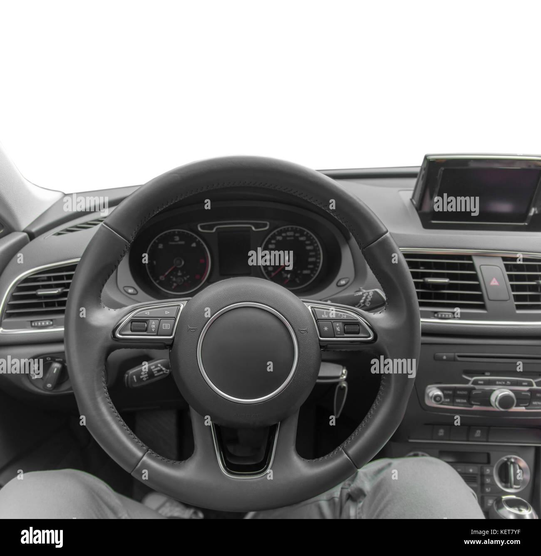 Auto all'interno del posto di guida, interni di prestigio auto moderna, volante e sul cruscotto isolato Immagini Stock