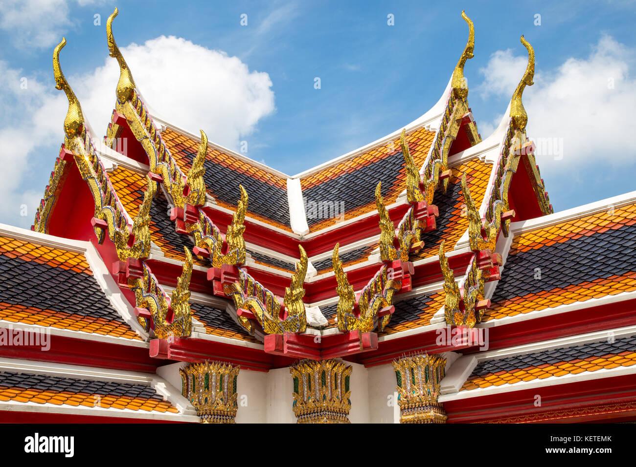 Ornati tetti colorati di Wat Pho, Bangkok, Thailandia Foto Stock
