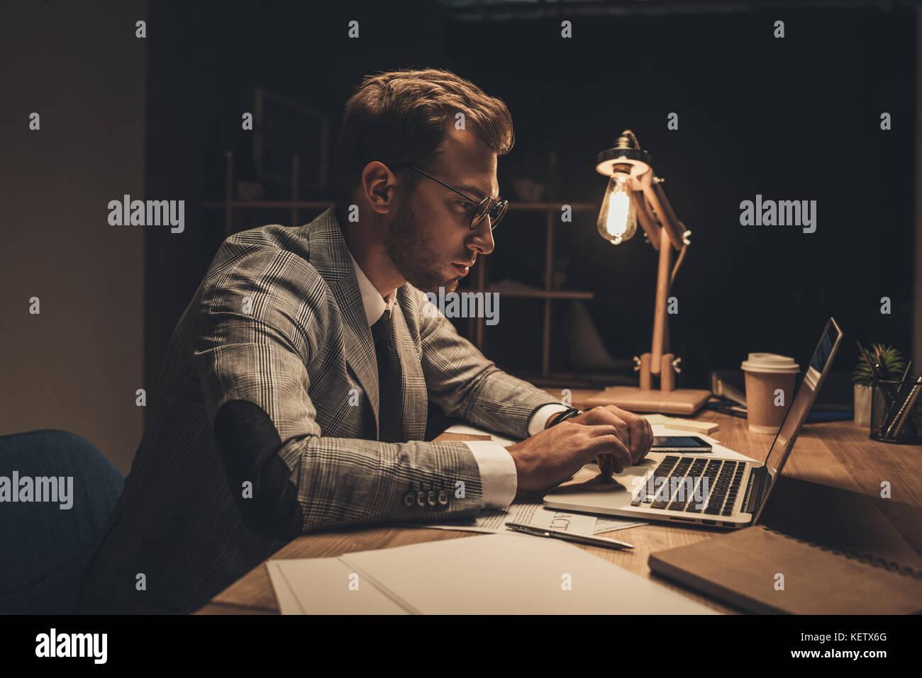 Imprenditore lavora con il computer portatile Immagini Stock