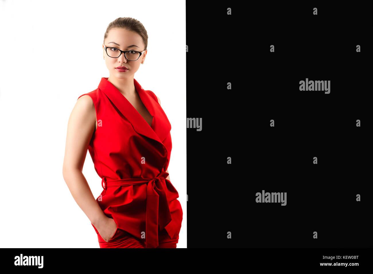 c949cccda087 Elegante business moda donna in abito rosso su nero e sfondo bianco  Immagini Stock