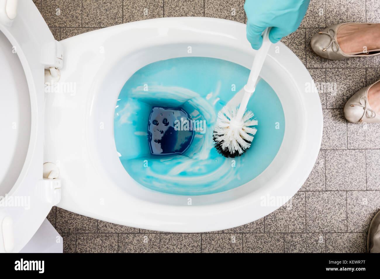 Angolo di alta vista di una persona in grado di pulire un bagno wc