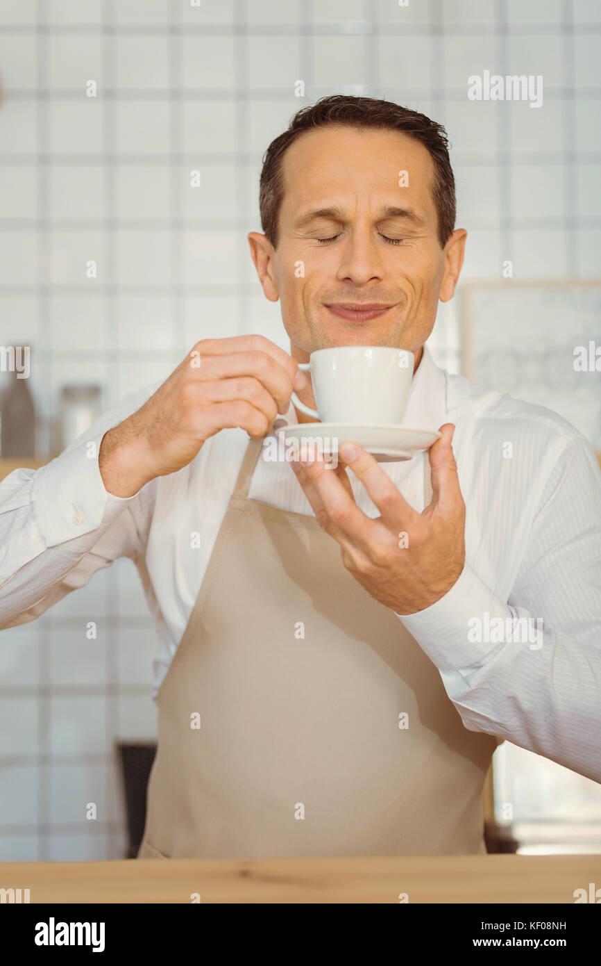Felice allegro uomo godendo l'odore del caffè Immagini Stock
