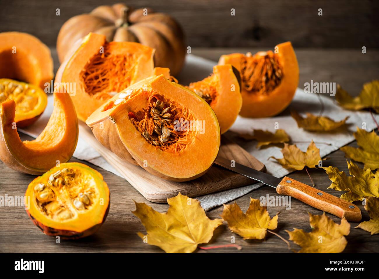 Fette di zucca con semi su un sfondo di legno. close-up Immagini Stock