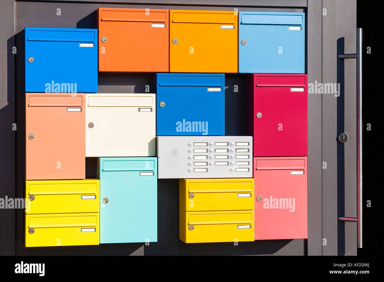 Deutschland, Baden-Württemberg, Tübingen, Mehrfamilienhaus, Eingangstür, Briefkästen bunte, Immagini Stock