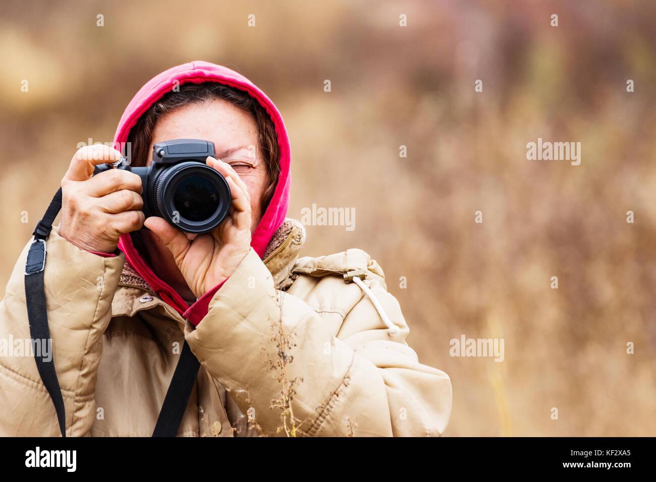 Femmina di guardare attraverso il mirino Immagini Stock