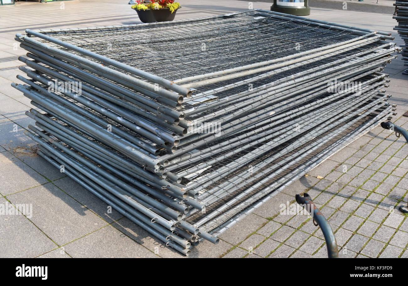 Una pila di modulare in acciaio elementi di recinzione in acciaio zincato reticolo. street outdoor soleggiata giornata autunnale shot Foto Stock